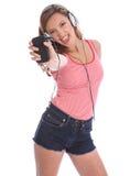 Het zingen van de tiener aan muziek van haar celtelefoon royalty-vrije stock foto's