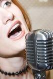 Het zingen van de vrouw in microfoon Royalty-vrije Stock Afbeelding