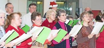 Het zingen van het koor de hymnes van Kerstmis. Stock Afbeeldingen