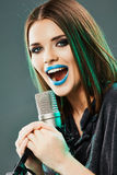 Het zingen van het meisje in een microfoon Stock Foto