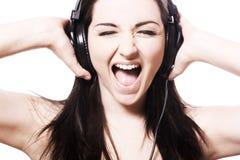 Het zingen van het meisje met hoofdtelefoons stock foto's