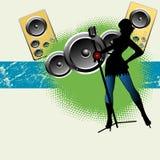 Het zingen van het meisje op luide muziek Stock Foto's