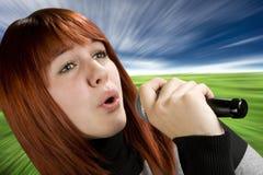 Het zingen van het meisje op microfoon Royalty-vrije Stock Foto