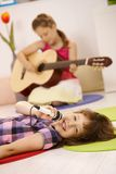Het zingen van het schoolmeisje in microfoon Stock Foto's