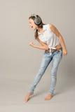 Het zingende meisje met hoofdtelefoons geniet van dans Stock Foto