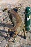 Het Zinneke - eine Bronzestatue des pinkelnden Hundes lizenzfreies stockfoto