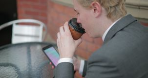 Het zitten hebbend een koffie stock footage