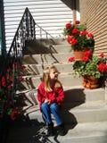 Het zitten met de geraniums stock foto