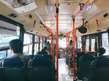 Het zitten op een bus royalty-vrije stock foto's