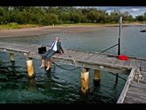Het zitten op het dok van de baai Royalty-vrije Stock Foto's