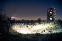 Het zoeken met flitslicht - stedelijke zoektocht royalty-vrije stock afbeeldingen