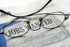 Het zoeken naar een baan van een krant stock afbeelding