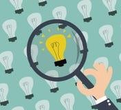 Het zoeken naar idee - lightbulbs en hand met meer magnifier Royalty-vrije Stock Foto's
