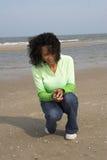 Het zoeken naar shells op het strand royalty-vrije stock afbeeldingen