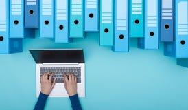 Het zoeken van dossiers in het archief die laptop met behulp van royalty-vrije stock foto