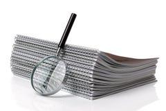 Het zoeken van het document van het ringsbindmiddel Stock Foto's