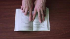 Het zoeken van informatie in boek stock videobeelden