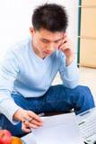 Het zoeken van Th- document terwijl op telefoon Stock Afbeeldingen