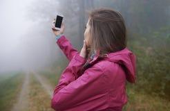 Het zoeken van verbinding in mistige dag Stock Foto's