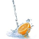 Het zoet water daalt op sinaasappel die op wit wordt geïsoleerdl Stock Foto