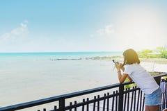 Het zoete Aziatische meisje neemt een foto van boot royalty-vrije stock foto