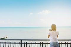 Het zoete Aziatische meisje neemt een foto van boot stock foto's