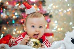 Het zoete grappige babyjongen spelen met Kerstboomdecoratie Royalty-vrije Stock Afbeelding