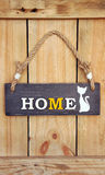 Het zoete huis van het teksthuis met kat op houten achtergrond Stock Foto's