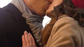 Het zoete jonge paar kussen teder op eerste datum, Romaans en verhouding royalty-vrije stock afbeeldingen