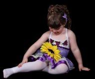 Het zoete meisje in de zitting van de balletuitrusting kijkt Royalty-vrije Stock Foto