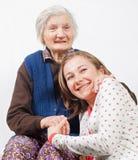 Het zoete meisje en de oude vrouw die samen blijven Stock Foto's