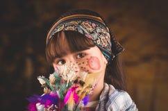 Het zoete meisje kleedde zich als traditionele heks stock afbeelding