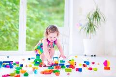 Het zoete meisje spelen met blokken Royalty-vrije Stock Foto's