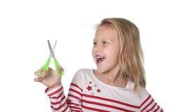 Het zoete mooie vrouwelijke kind 6 tot 8 jaar de oude van de holdings scherpe schaar school levert concept royalty-vrije stock afbeeldingen