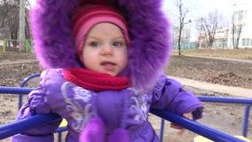 Het zoete Pasgeboren Baby Spinnen op Carrousel in een de Winterdag 4K UltraHD, UHD stock footage