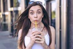 Het zoete suikerachtig van ` s zo! Sluit omhoog fotoportret van tevreden die vrolijk met pop grote ogenmeisjes vrij wordt opgewek stock foto's