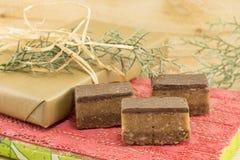 Het zoete suikergoed behandelt op een houten achtergrond stock foto's
