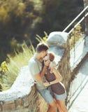 Het zoete tienerpaar kussen. Royalty-vrije Stock Foto