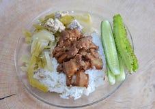 Het zoete varkensvlees en de gekookte ingelegde kool met hakken varkensvlees op rijst fijn Stock Afbeeldingen