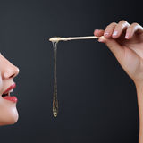 Het zoeten van de zorg van de epilationhuid met vloeibare suiker dichtbij gezicht Stock Afbeeldingen