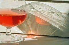 Het zonlicht die door een glas roze wijn overgaan leidt tot een overweldigend effect royalty-vrije stock fotografie