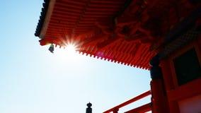 Het zonlicht doordringt eaves stock afbeeldingen