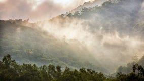 het zonlicht glanst op mist over Bergketen royalty-vrije stock foto