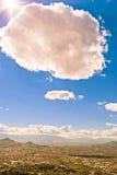 Het zonlicht krijgt door een wolk over een stad Stock Foto