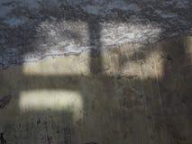 Het zonlicht valt door een venster op de donkere aarde en leidt tot aangestoken vierkanten, een abstracte ontwerptextuur Royalty-vrije Stock Foto