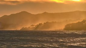 Het zonlicht van Nice in een winderige zonsondergang over de golven in Costa Brava van Spanje stock foto's