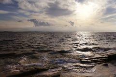 Het zonlicht wordt weerspiegeld aan de overzeese oppervlakte Stock Foto's