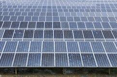Het zonne elektrische centrale vernieuwbaar gebruiken stock foto's