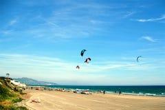 6 Het zonnebaden en vliegers op het strand voor de de zomervakantie Stock Afbeeldingen