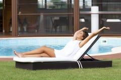 Het zonnebaden op een chaise zitkamer Royalty-vrije Stock Fotografie